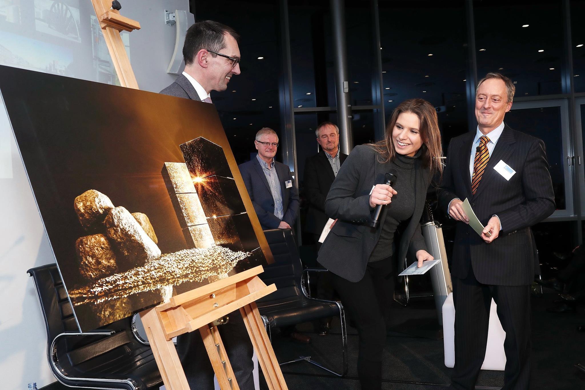 Wim Abbing, der Vorstandsvorsitzende der Unternehmerverbandsgruppe, übernahm die Preisverleihung an Jennifer Wolf. Rechts: ZDF-Fernsehmoderator Michael Krons.