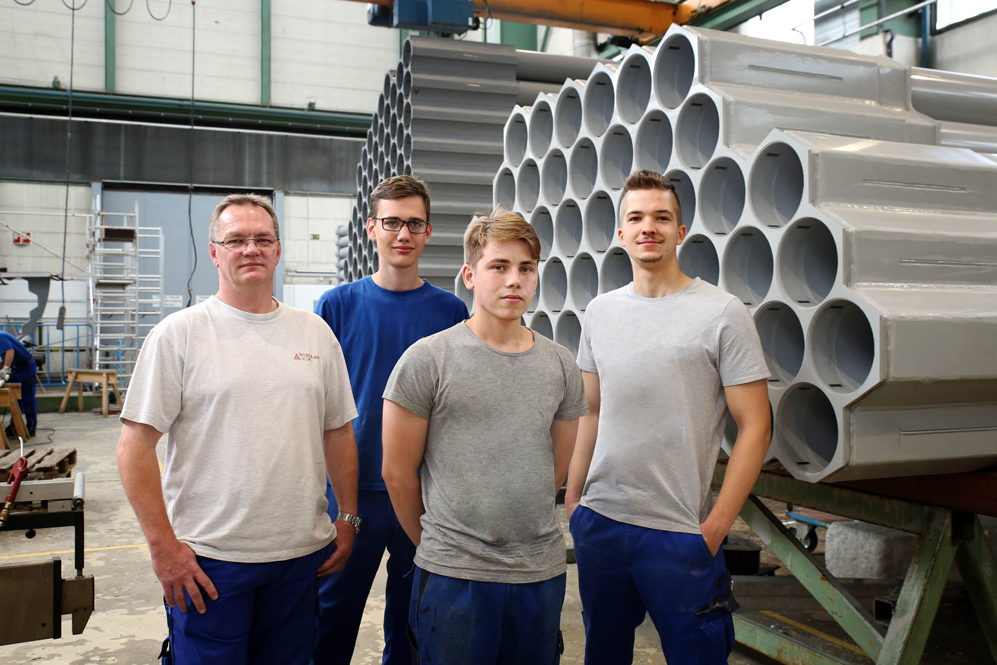 Fachausbilder der Verfahrensmechaniker Fachrichtung Kunststoff- und Kautschuktechnik (links) mit drei seiner aktuellen Auszubildenden am Standort Höhr-Grenzhausen.
