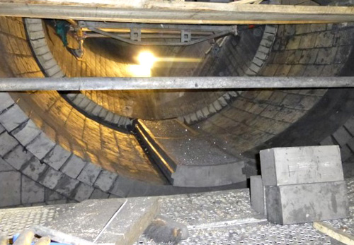 Montage großformatiger Graphitsteine in einem Prozessbehälter der Schwefelsäureindustrie