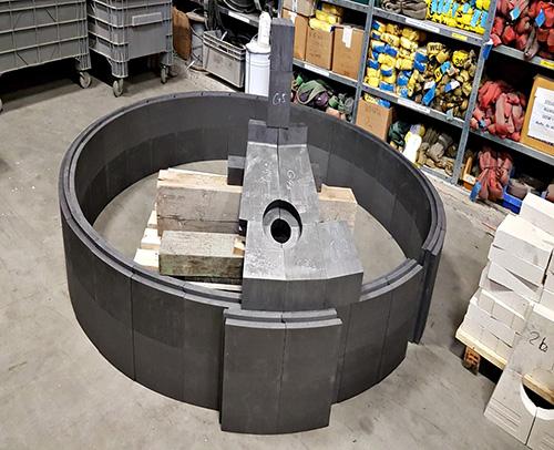 Großformatige Graphitsteine mit Nut und Feder zur Ausmauerung von Prozessanlagen