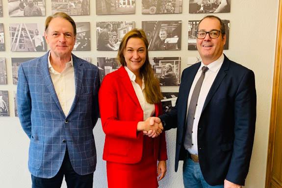 Auf gute Zusammenarbeit (v.l.n.r.): Klaus Lohrmann (Geschäftsführer WDI), Katja Pampus (Geschäftsführende Gesellschafterin WDI), Jörg Kurth (Abteilungsleiter Oberflächentechnik/ Steuler Anlagenbau)