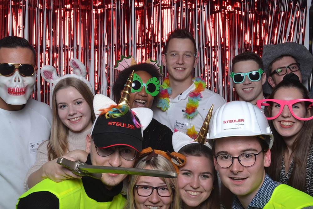 Ein gelungenes Gruppenbild einiger Auszubildender in der Foto-Box auf der Steuler-Weihnachtsfeier 2019.
