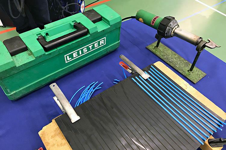 Mit Unterstützung der Steuler-Auszubildenden konnten die Besucher der Azubimesse in Bendorf selbst eine Kunststoffnaht ziehen. Eine typische Arbeit in der Ausbildung zum Verfahrensmechaniker für Kunststoff- und Kautschuktechnik.