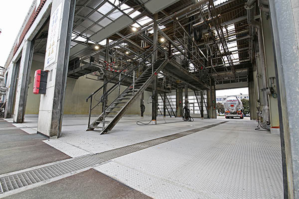 Einfahrt, Ablaufrinne und Waschhalle halten pro Wagen ein Gewicht zwischen 8 und13 Tonnen dauerhaft stand.