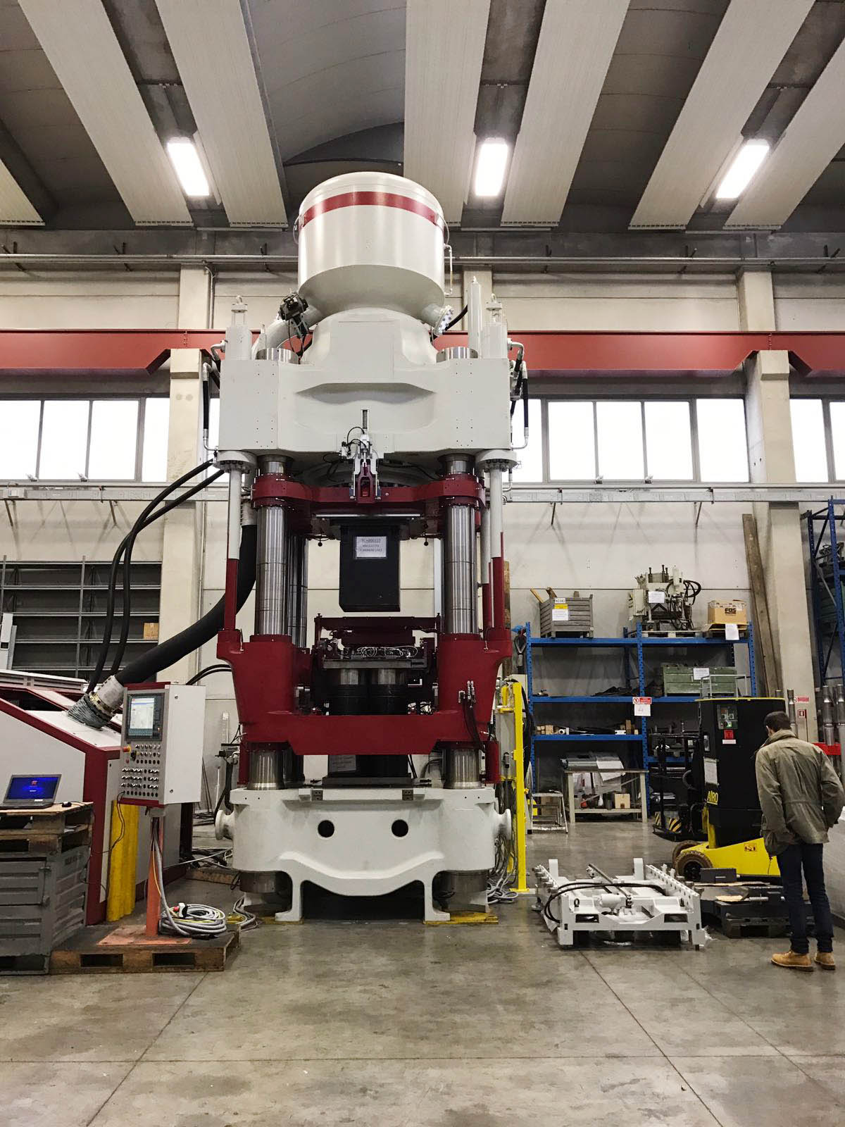 Eine 2000 Tonnen Presse von Laeis vor der Montage in der neu errichteten Produktionshalle der Horn & Co. Group in Hünsborn (Nordrhein-Westfalen)