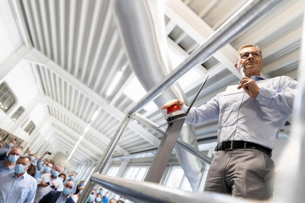 Michael Steuler startet per Knopfdruck das Hochfahren des neuen Tunnelofens