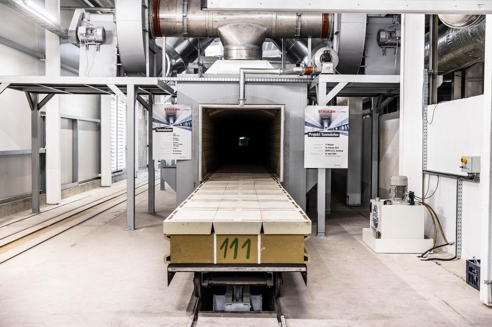 Noch werden während der Aufheizphase leere Ofenwagen in den neuen Tunnelofen eingefahren