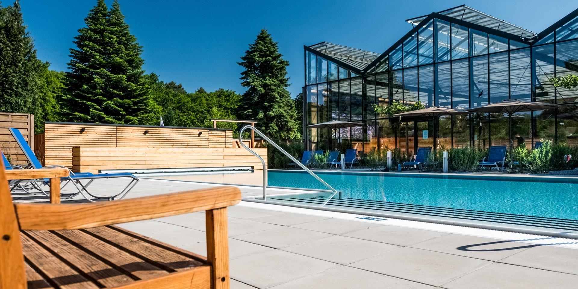 Längsseite des Außenbeckens Jammertal Resort Datteln