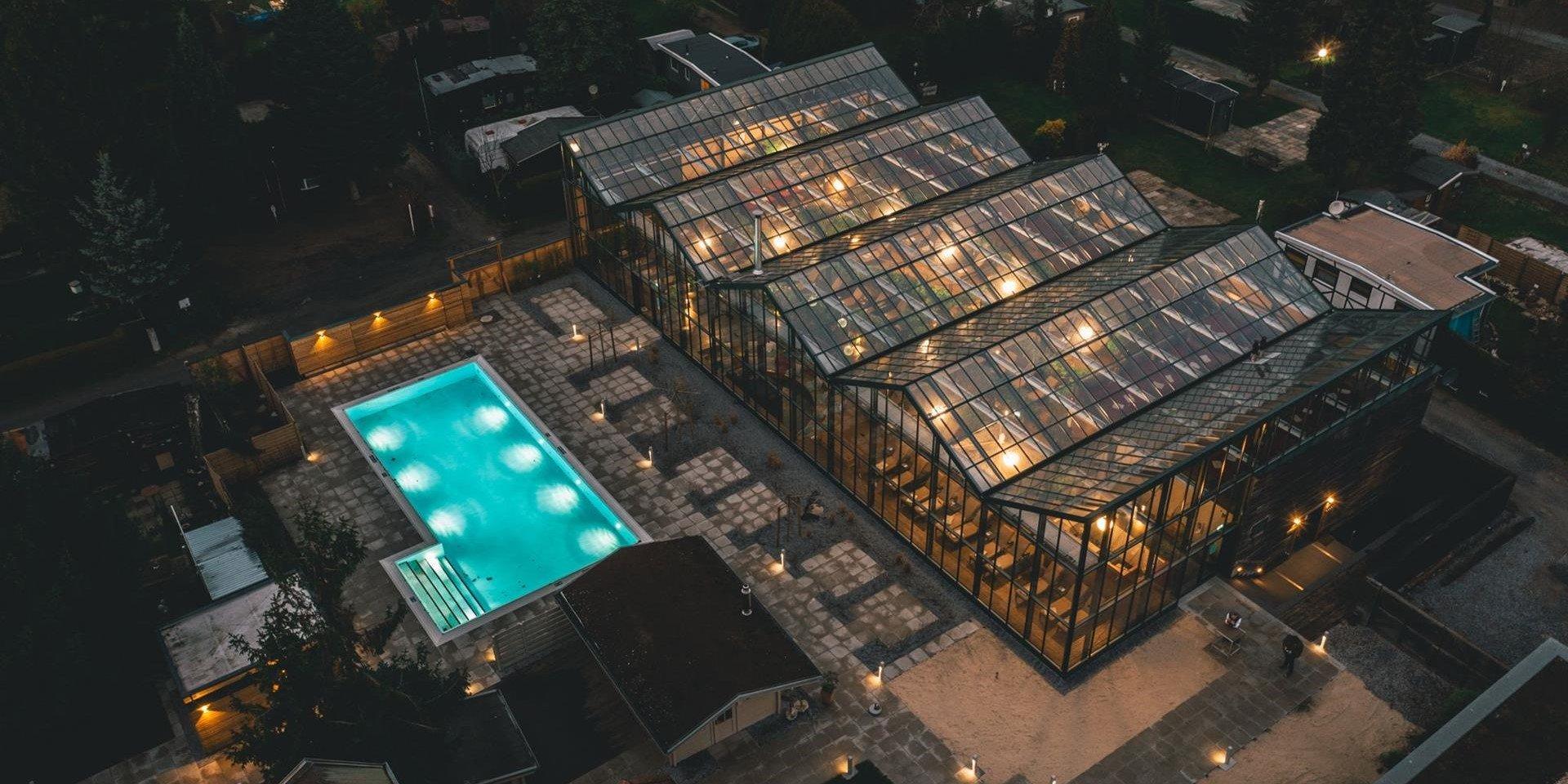 Luftbild bei Nacht des Jammertal Resort Datteln mit Außenpool
