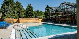 Neues Schwimmbecken außen des Jammertal Resort Datteln gebaut durch Steuler Pool Linings im System BEKAPOOL