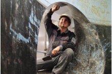 Der angehende Säurebau-Fachmonteur Kevin Albert in einem Übungstank auf dem Werksgelände der Firma Steuler in Höhr-Grenzhausen.