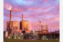 Papier- und Zellstoffwerk Australian Paper Maryvale/ Victoria mit Kalk-Drehrohr im Vordergrund