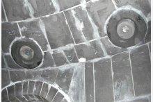 Fertige Ausmauerung mit Graphitsteinen in einem Prozessbehälter in der Schwefelsäureindustrie