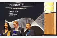 Stolzer Preisträger: Jan Ermert (Steuler Pool Linings, Mitte) nimmt den Golden Wave für die beste Schwimmbadinnovation 2019 entgegen.